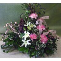 Σύνθεση ανθέων με ροζ και λευκά λουλούδια
