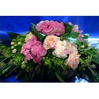 Σύνθεση με λουλούδια σε ροζ χρώματα