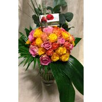 (50)+ Mixed colors roses bouquet with greens + Vase Only 50,00€