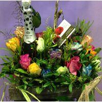 Σύνθεση ξύλινα πανέρια με λουλούδια και σαμπάνιες