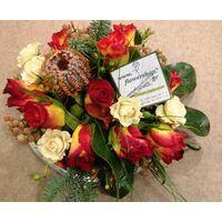 Σύνθεση με λουλούδια και αξεσουάρ σε γυάλινο ποτ