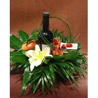 Καλάθι με λουλούδια και κρασί