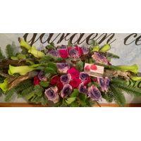 Επιτραπέζια σύνθεση με κορμούς , μέταλλα και άλλα λουλούδια εποχής.