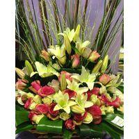 Σύνθεση με ιδιαίτερες ποικιλίες λουλουδιών σε καλάθι.Ροζ Χρώματα