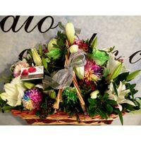 Καλάθι με λευκά & πράσινα λουλούδια
