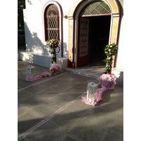"""Διακόσμηση εκκλησίας με δίδυμες συνθέσεις από λουλούδια σε """"Μπάλες"""" + Φανάρια"""