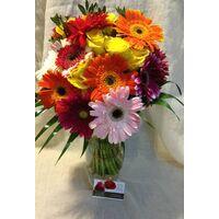 Γυάλινο βάζο με λουλούδια εποχής.Ανθοπωλείο στη Νέα Σμύρνη.