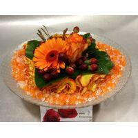 Λουλούδια σε  γυάλινο βάζο με διακοσμητικά πετραδάκια