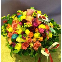 Πολύχρωμα τριαντάφυλλα σε Καλάθι. Πάρτυ με Λουλούδια