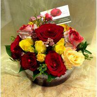 Πολύχρωμα τριαντάφυλλα (20) τεμ. σε γυάλινο σκεύος.