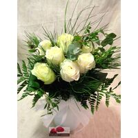 (10) white 60cm roses Extra Quality Dutch with green fillings!!! + Vase + Colored White Water.Super week Offer.