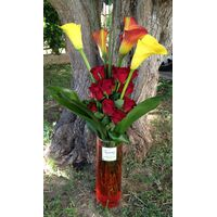 Callas in glass vase with roses and decoration