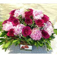 Παιώνιες & Τριαντάφυλλα  σε καλάθι. (Τυχαία χρώματα)