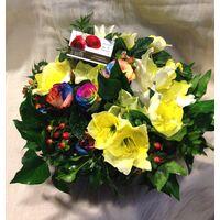 Ζωντανή Άνοιξη με Πολύχρωμα Λουλούδια σε Καλάθι