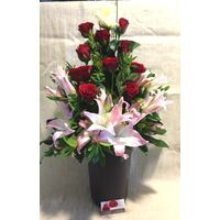 Arrangement of flowers Red & White in excellent ceramic  pot !!!