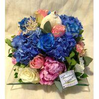 """Ανθοπωλεία. Σύνθεση με λουλούδια """"γαλάζια θάλασσα"""" σε γυάλινο δίσκο !!!"""