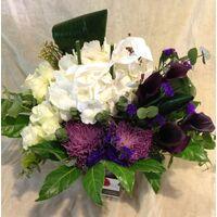 Μοβ & Λευκά λουλούδια σύνθεση σε γυάλινο . Ανθοπωλείο στη Νέα Σμύρνη.