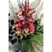 Σύνθεση σε ποιοτικό γυάλινο βάζο με μπουκέτο λουλούδια.
