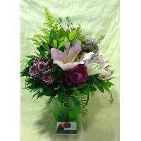 Ανοιξιάτικα λουλούδια σύνθεση σε γυάλινο βάζο.