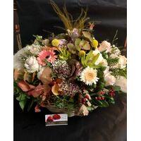 """Φθινοπωρινή σύνθεση με λουλούδια & """" pampas grass-cortaderia"""" σε μεγάλο καλάθι"""