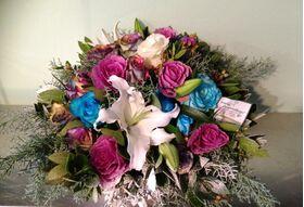 λευκά & μπλε λουλούδια σε καλάθι.