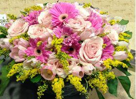 Ζωντανή Άνοιξη με Ροζ Λουλούδια σε Καλάθι