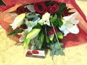 Λευκά & κόκκινα λουλούδια μπουκέτο.