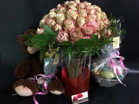 Μπουκέτο με (50) Εξαιρετικά Τριαντάφυλλα σε Παστελ και Ασημί χρώματα. Γυάλινος Κύλινδρος Βάζο με Χρωματισμένο Νερό. Πακέτο με Αρκούδο, Σοκολατάκια & Φρούτα.