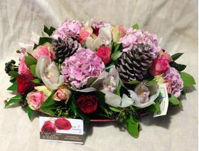Ανθοπωλείο.Ορχιδέες και τριαντάφυλλα σε μεταλικό δίσκο!!!