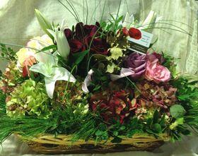 Φθινοπωρινή σύνθεση με λουλούδια σε μεγάλο καλάθι