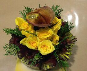 Σύνθεση με λουλούδια σε γυαλινη πιατέλα