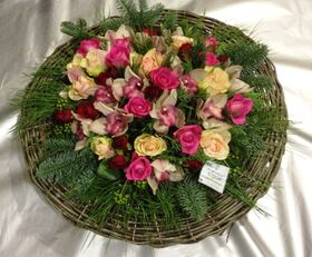 Χειμώνας με λευκά & ροζ λουλούδια σε καλάθι.