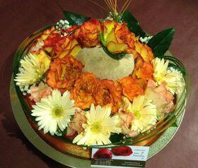 Kαλοκαιρινός δίσκος με λουλούδια εποχής.