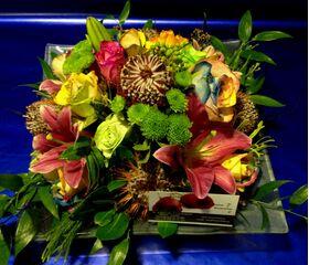 Ανθοπωλεία. Σύνθεση με πολύχρωμα τριαντάφυλλα σε δίσκο.(Πολυτελές)