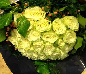 (36) λευκά τριαντάφυλλα με πρασινάδες μπουκέτο. Αποστολές Λουλουδιών.
