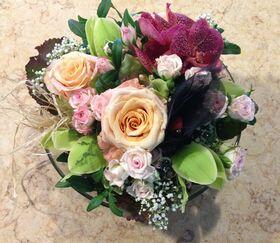 """Σύνθεση με """"Πολύχρωμα Λουλούδια""""σε γυάλινο βάζο με χρωματιστή διακοσμητική άμμο!!!"""