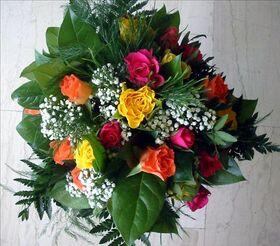 χρωματιστά τριαντάφυλλα μπουκέτο