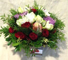 Σύνθεση λουλουδιών σε καλάθι με λουλούδια και χειμερινές πρασινάδες