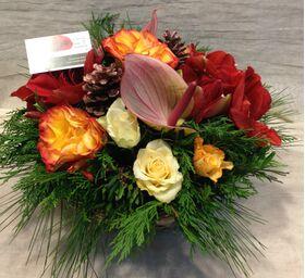 Ανθοπωλείο flowershop.gr Χειμώνας με κόκκινα & πορτοκαλί λουλούδια σε καλάθι.