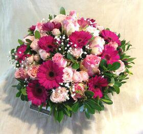 Ζωντανή Άνοιξη με Ροζ Λουλούδια σε Καλάθι Πολυτελές