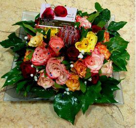 Ανθοπωλεία. Σύνθεση με πολύχρωμα τριαντάφυλλα σε δίσκο.