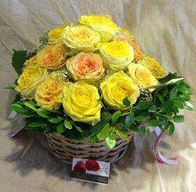 Καλάθι με (21) κίτρινα Ολλανδικά τριαντάφυλλα Α' ποιότητος με πρασινάδες