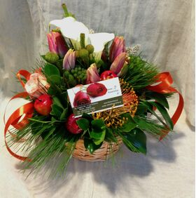 Φθινοπωρινή σύνθεση με λουλούδια σε μικρό καλάθι