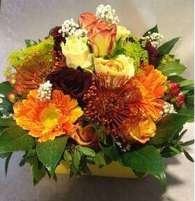 """Φθινοπωρινή σύνθεση με λουλούδια σε μικρό κεραμικό ποτ που """"μοιάζει χάρτινο"""" - Πορτοκαλί χρώματα.Πολυτελές"""
