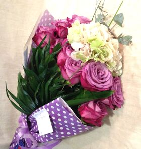 Ανθοδέσμη με λιλά λουλούδια