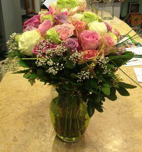 Χρωματιστα τριανταφυλλα σε βάζο