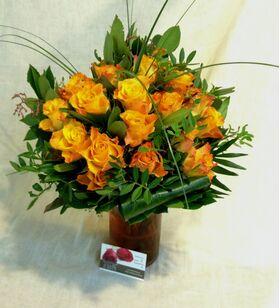 Βάζο με (31) πορτοκαλί - σομον τριαντάφυλλα Α' ποιοτ. Ολλανδικά με πρασινάδες.