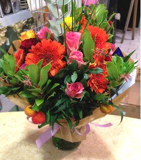 Ανοιξιάτικο μπουκέτο με πολύχρωμα λουλούδια.Σπέσιαλ+Βάζο!