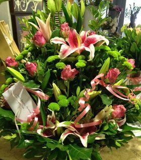 Ρομαντική σύνθεση πλούσια σε λουλούδια ροζ αποχρώσεων