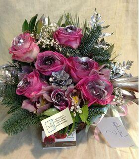Ανθοπωλείο flowershop.gr Χειμώνας με λουλούδια σε καλάθι για τα Χριστούγεννα.